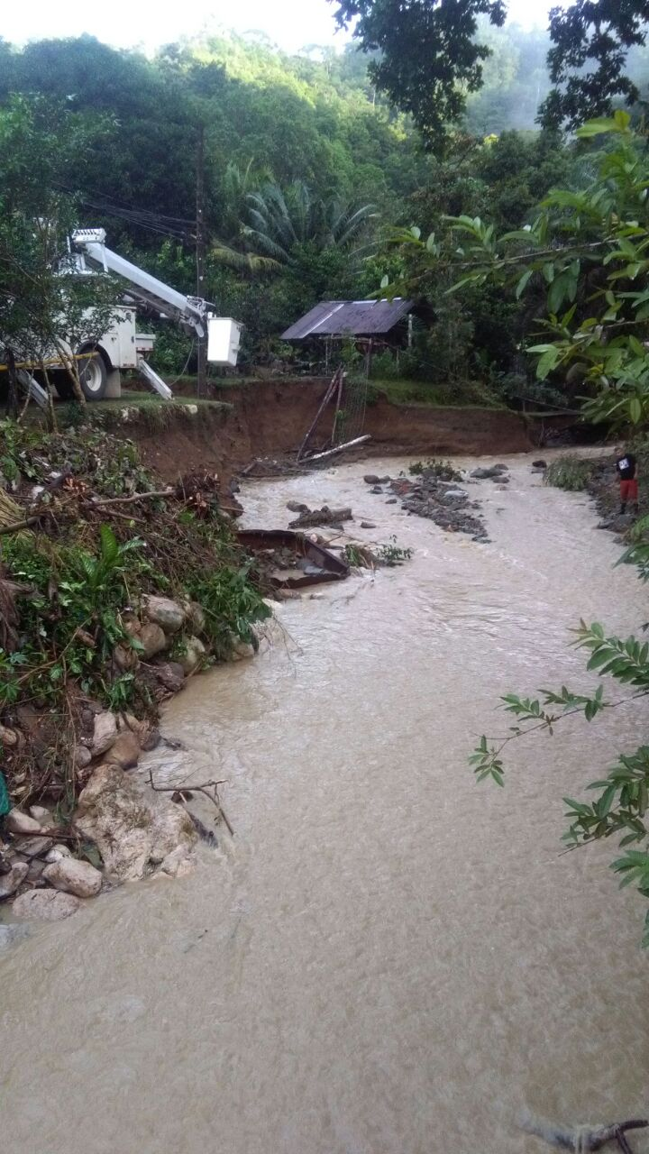 Vecinos de Golfito están sinagua por inundaciones y hay casas afectadas por derrumbes