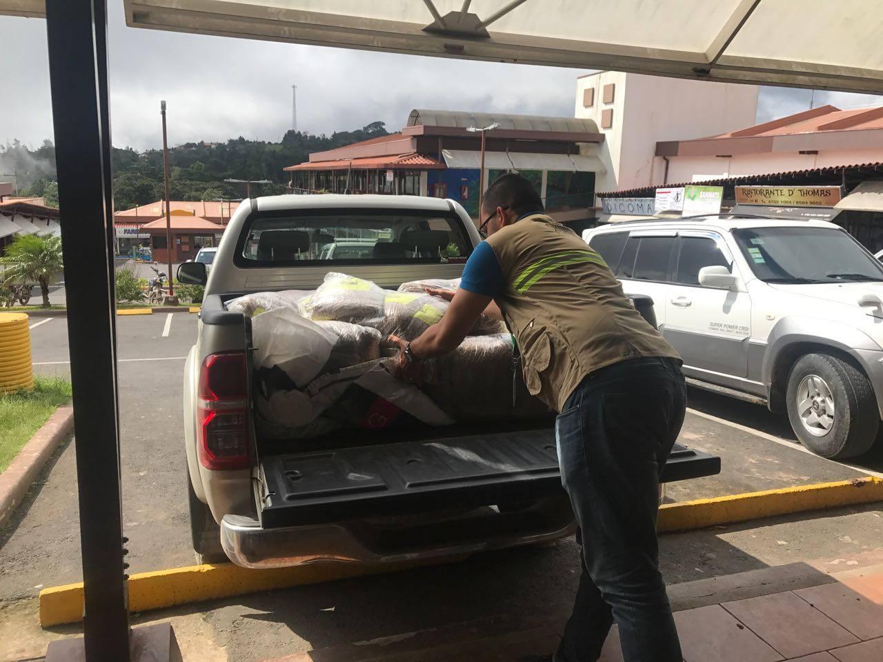Personal de SENASA entrega de donativos en Monteverde para llevar a los animales afectados.