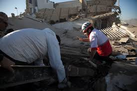 Desde muy temprano, rescatistas iniciaron con las labores para buscar de entre los escombros sobrevivientes.