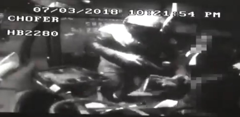 (+VIDEO) Sujetos armados agreden a pasajeros en autobús