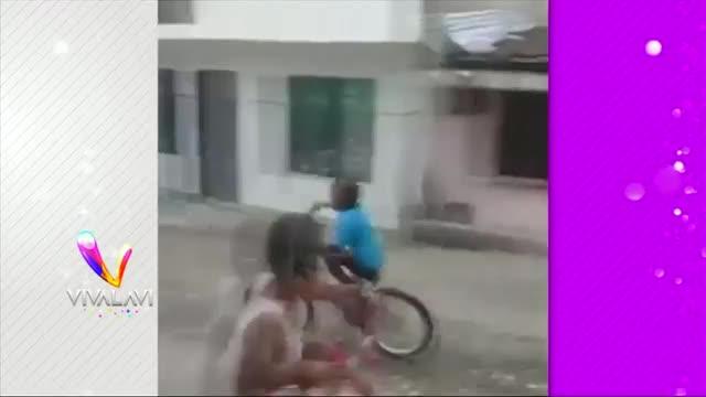 (+VIDEO) ¡Agárrese fuerte! Aparatosa caída en bicicleta