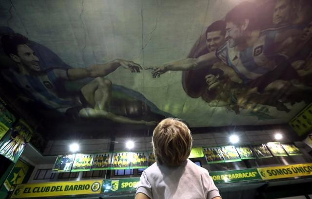 Maradona y Messi protagonizan la pintura de una capilla