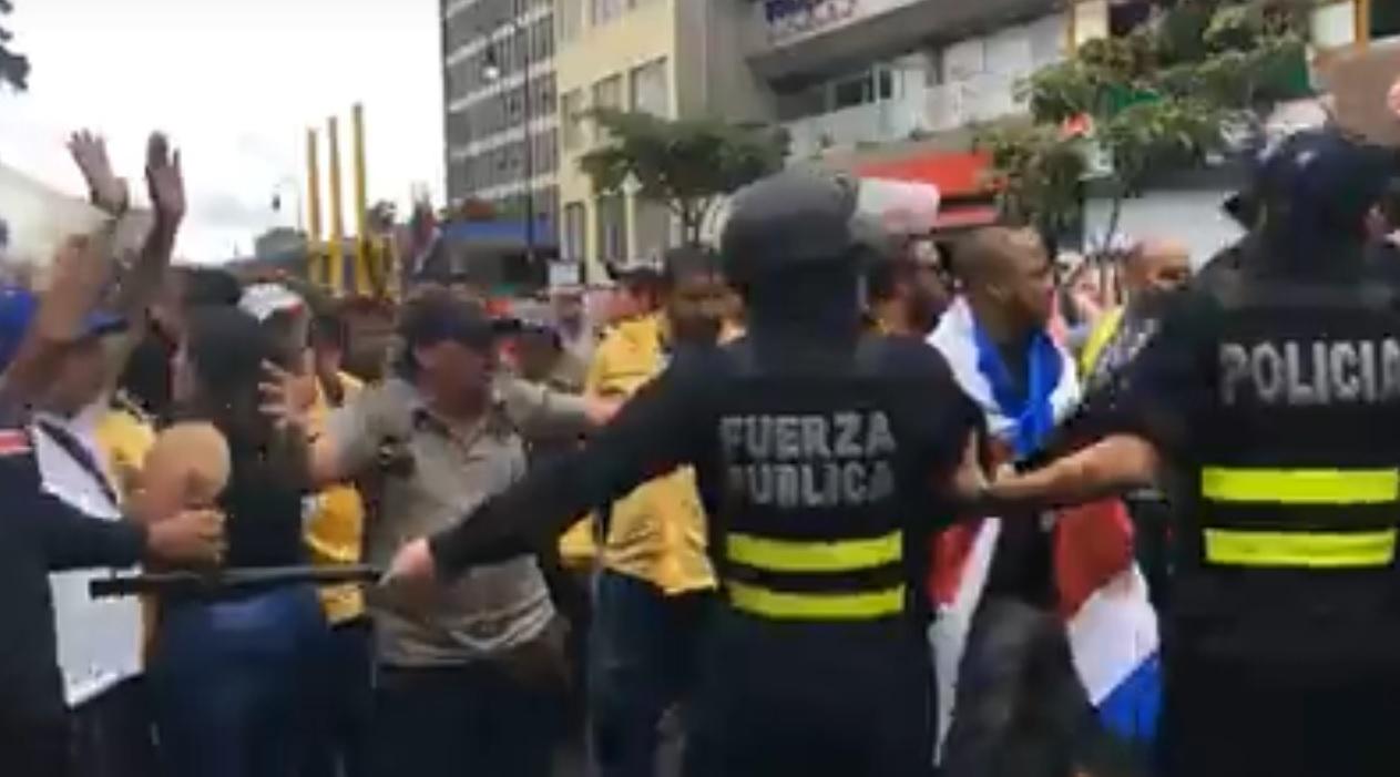 (+VIDEO) Enfrentamientos en elTeatro Nacional para encarar al presidente Alvarado