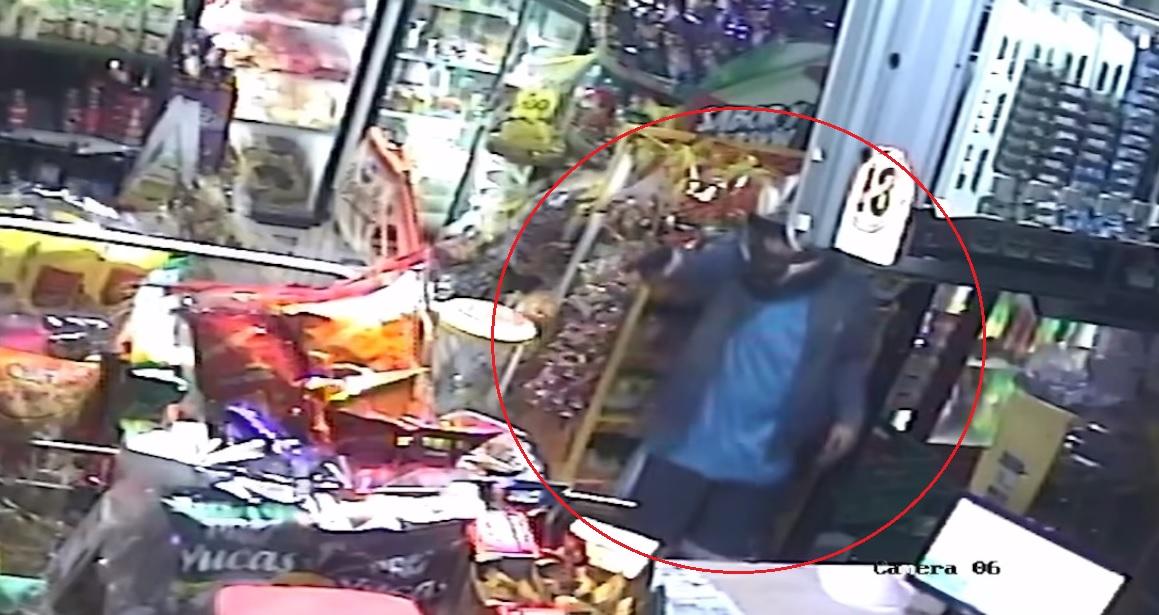 (+VIDEO) Con pistola en mano, sujeto asalta local comercial