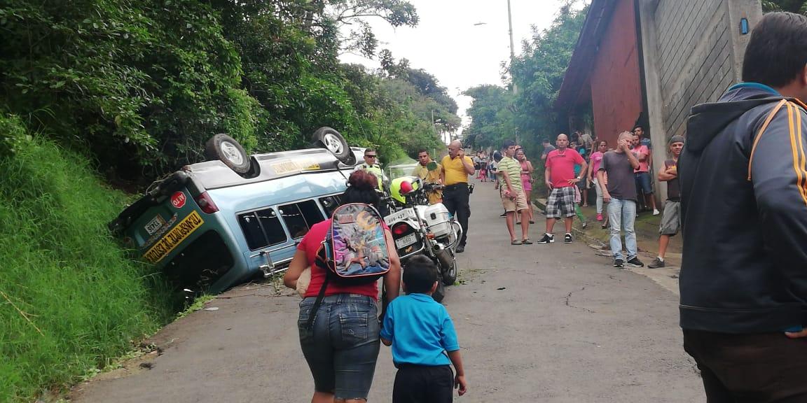 (+FOTOS) Chofer de microbús pierde el control y se vuelca con niños adentro