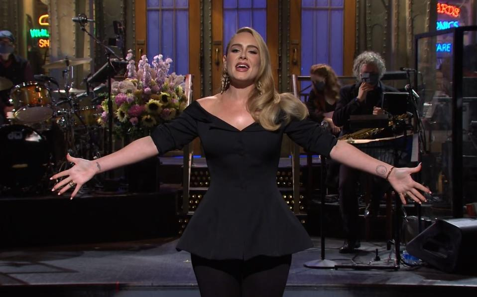 Adele inició con un divertido monólogo en