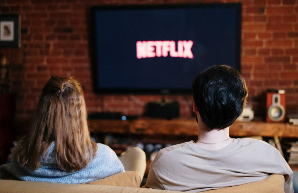 ¿Por qué nos cuesta tanto elegir qué serie o película ver en Netflix?