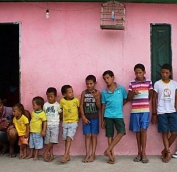 Hombre pone nombres de jugadores de fútbol a sus 14 hijos