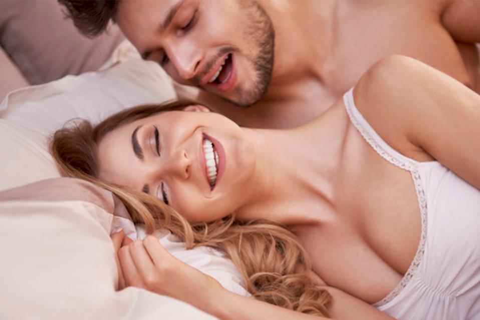 Para poder realizar la famosa 'cucharita' ambos deben estar en una cama o en una superficie que sea cómoda. (Foto: Freepik)