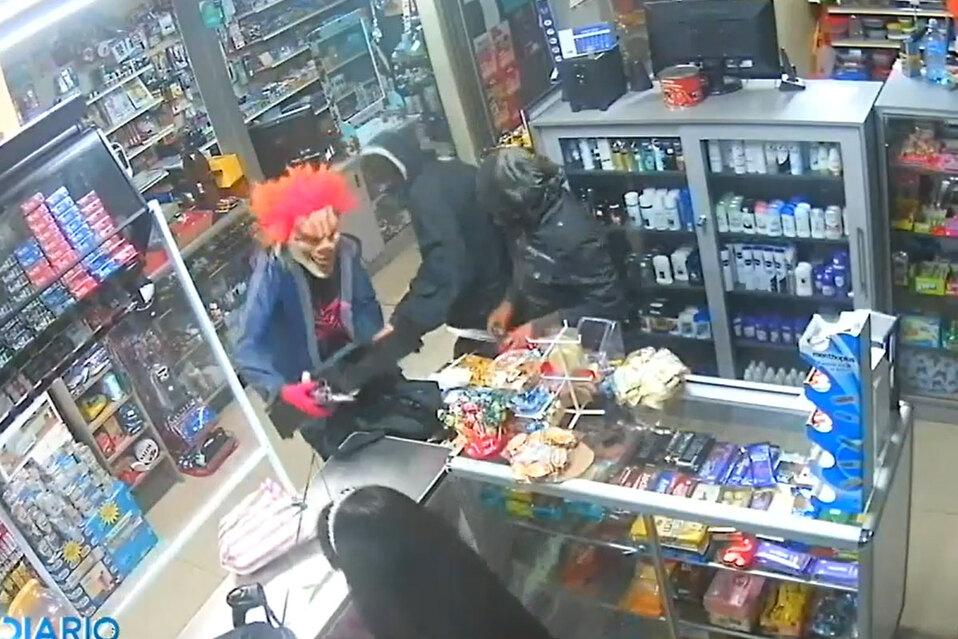 Asaltan supermercado con máscaras de payasos