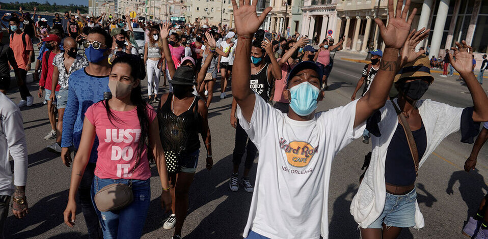 Jóvenes cubanos rompen cuadro de Fidel Castro en medio de protestas (Foto: Reuters)