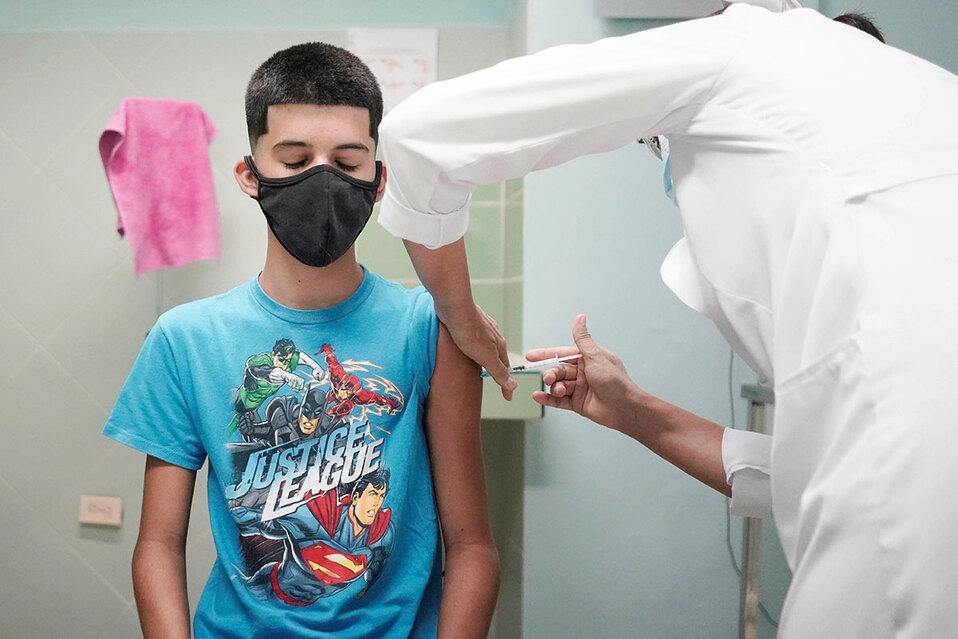 Último grupo de vacunación contra COVID-19. Mayores de 12 años y hasta 58 no cumplidos sin ningún factor de riesgo. (Foto: Referencia / Reuters)