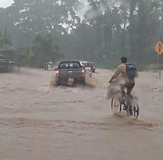 El presidente de la CNE, Alexander Solís, se dirige hacia Turrialba, una de las zonas impactadas. (Foto: Cortesía)
