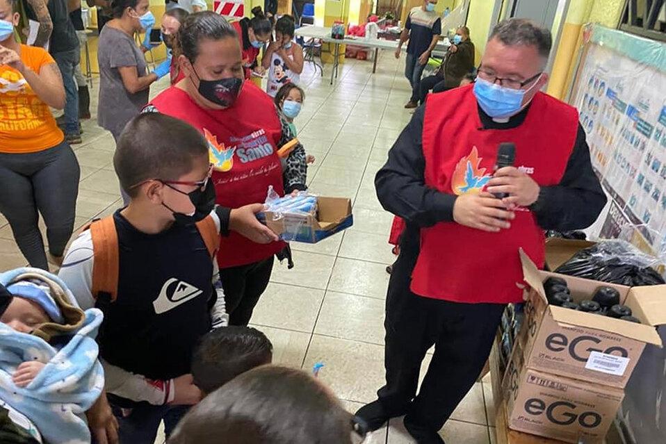 Padre Sergio llega con un furgón de ayudar humanitaria para afectados por lluvias en Turrialba. (Fotos: Obras del Espíritu Santo)