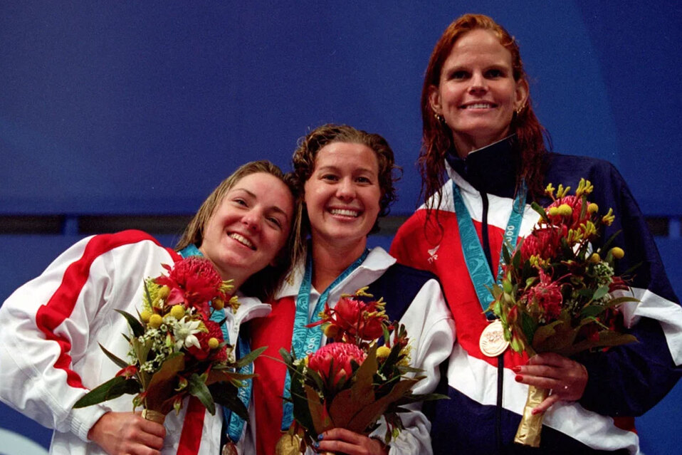 Claudia Poll de Costa Rica apunta a la multitud después de clasificarse primera para las finales femeninas de 200m durante el 26 de julio de 2001. (Fo