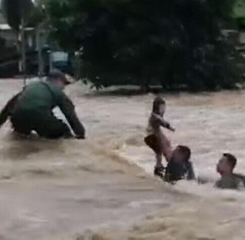 Rescate a una niña en medio inundaciones en Sixaola | VIDEO