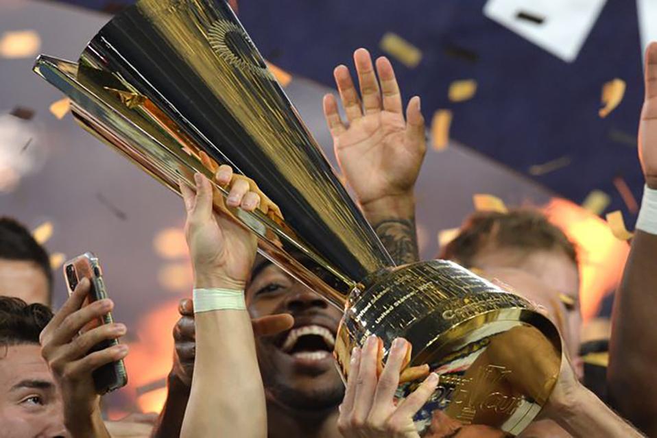 Jugadores de Estados Unidos alzan la Copa Oro tras ganar la final a México.