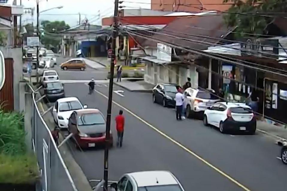 Ciudadanos ayudan a detener a asaltante.