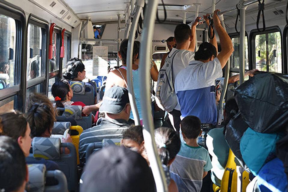 Mujer no pudo subir a un autobús por su escote, en España