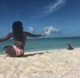 Profesora de yoga se encontraba mostrando posiciones cuando iguana la atacó