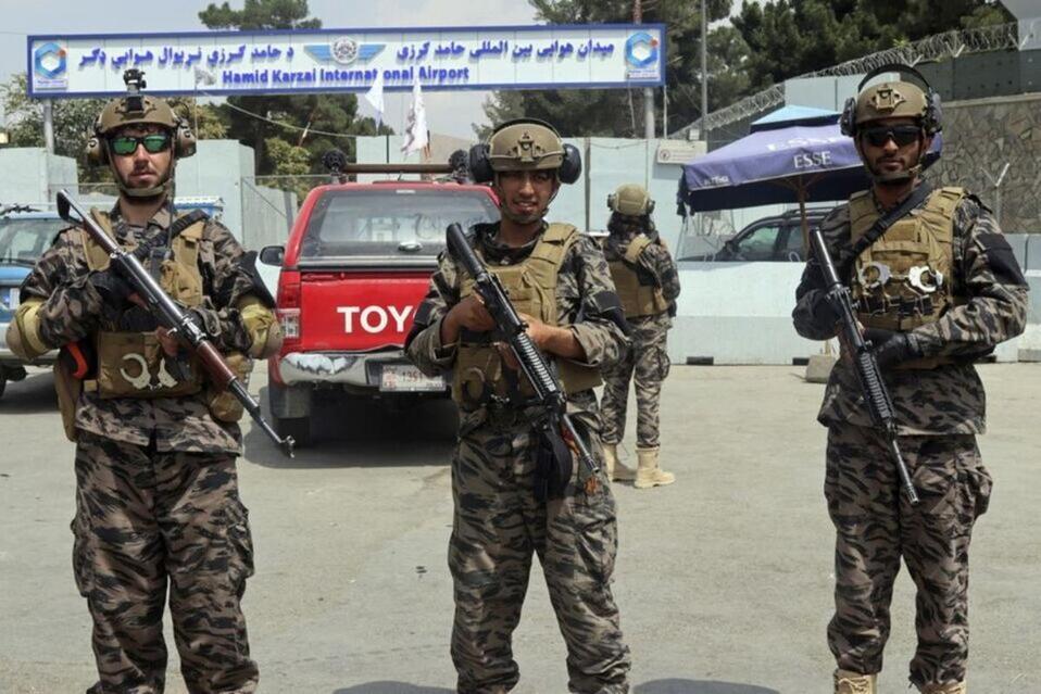 Los talibanes portan uniformes estadounidenses en el aeropuerto de Kabul