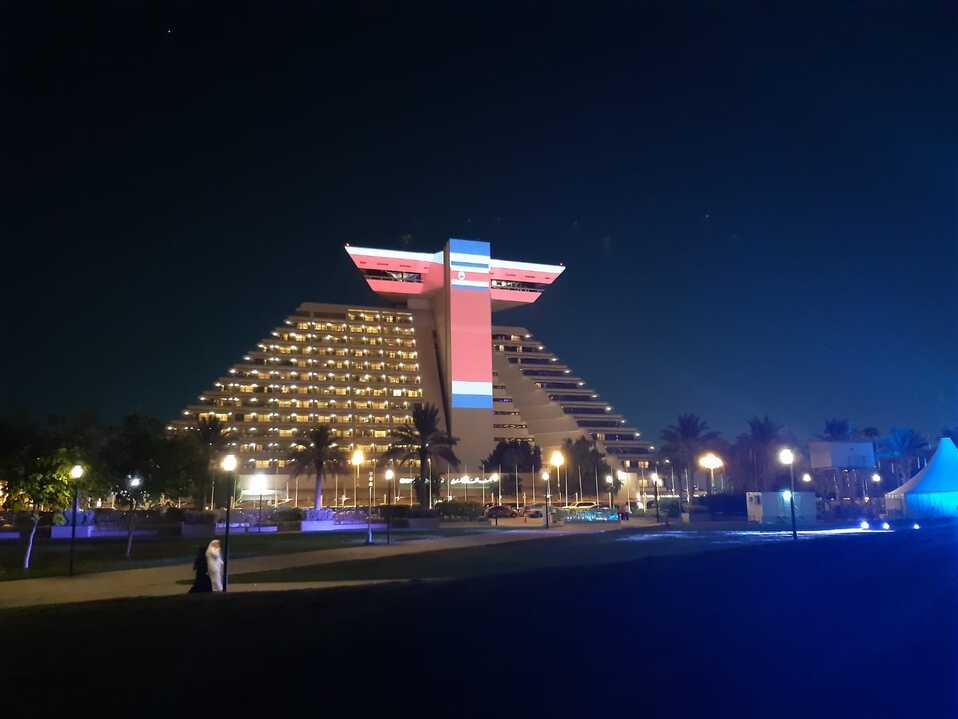 La Embajada de Costa Rica en Catar, promovió la iluminación del Sheraton Hotel