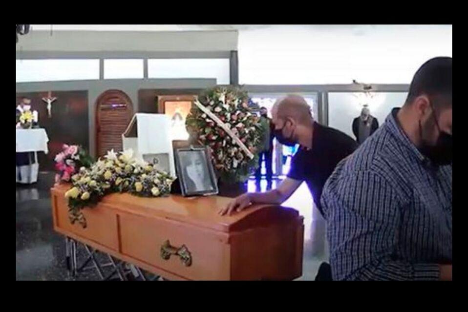 Muchos familiares y amigos asistieron al funeral de Mariely Chacón
