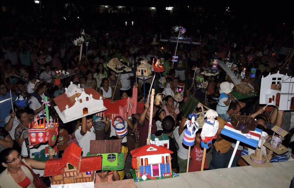 Cada 14 de septiembre los niños salen a las calles a desfilar con sus faroles.