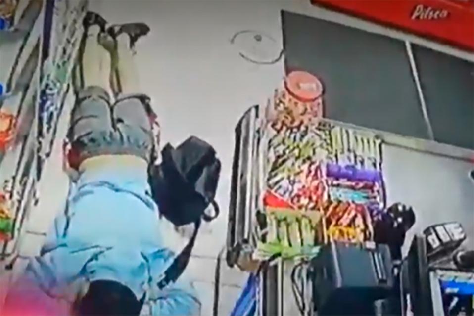 Asaltante patea a menor de edad en la cabeza durante robo a minisúper