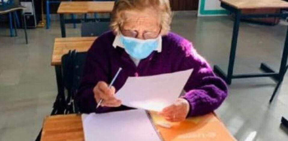 Bisabuela de 93 años terminó la primaria y está lista para continuar con sus estudios