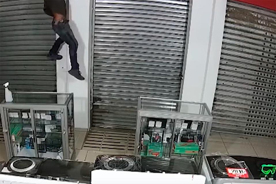 Ladrón ingresa por el techo para robar en una tienda en Puntarenas | VIDEO