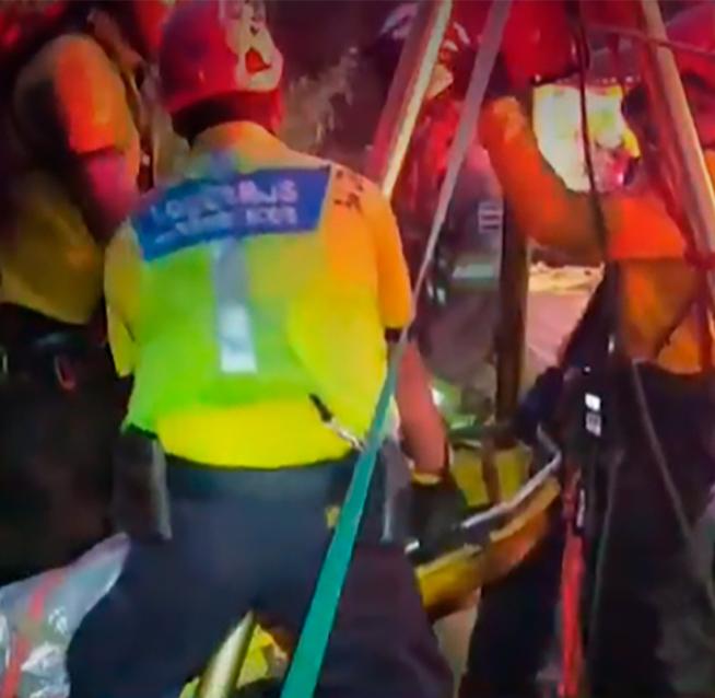 Un muerto y tres heridos tras caída de vehículos a guindo