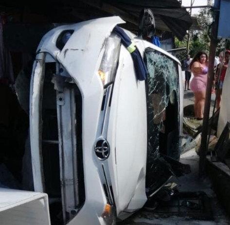 Vehículo se sale de la vía y choca contra vivienda en Limón | VIDEO