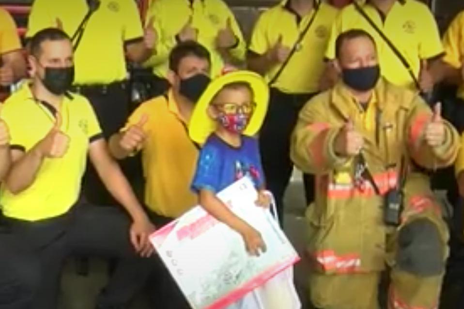 Menor cumplió su sueño de conocer estación de bomberos.
